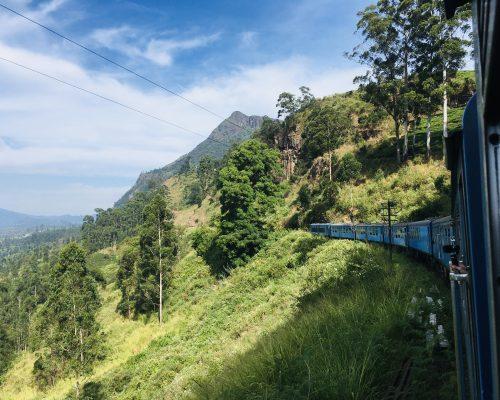 Mit dem Zug durch das Hochland von Sri Lanka